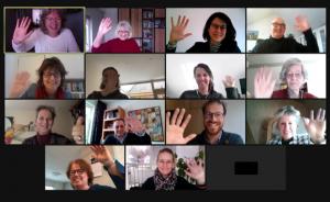 Beeldscherm met zwaaiende deelnemers aan de online startbijeenkomst van het project 'in contact in de zorg'